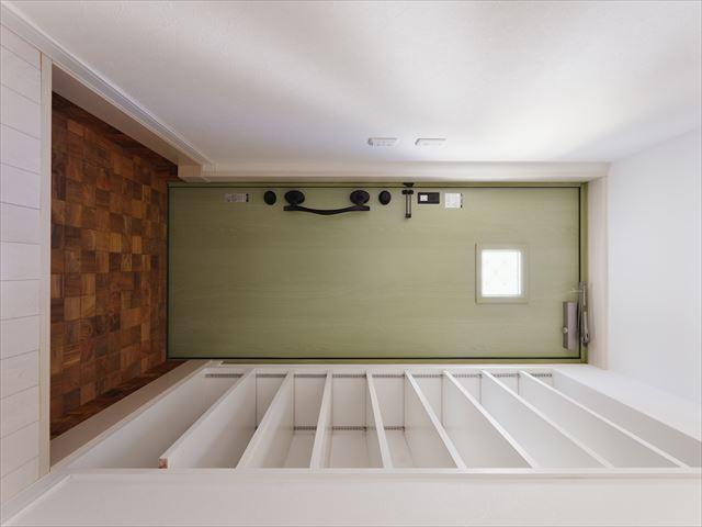 玄関床も古材のフラットタイプを施工。